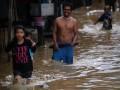 Sejumlah warga berjalan mengarungi banjir di jalan Supu Yusuf, Kecamatan Mandonga, Kendari, Sulawesi Tenggara, Selasa (28/2). Lima Kecamatan di Kendari terendam banjir setelah beberapa jam diguyur hujan. ANTARA FOTO/Jojon/ama/17.