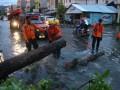 Personel Basarnas Kendari memotong pohon tumbang yang menutupi jalan, Kendari, Sulawesi Tenggara, Rabu (1/3). Akibat hujan disertai angin kencang menyebabkan puluhan pohon ambruk dan ratusan rumah di 17 kelurahan terendam banjir, sementara BMKG Maritim Kendari memprakirakan cuaca buruk disertai badai akan terjadi selama sepekan dengan kecepatan angin 15 knot. ANTARA FOTO/Jojon/pd/17.