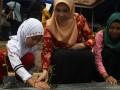 Seorang siswa sekolah dasar bersama dua pegawai Balai Pengkajian Teknologi Pertanian (BPTP) Kendari melakukan menanam pohon cabai di Kelurahan Baruga, Kendari, Sulawesi Tenggara, Kamis (2/3). Gerakan pencanangan tanam cabai merupakan bagian dari program pencanangan aksi peduli pangan Tahun 2017, untuk BPTP Kendari telah menyiapkan ratusan ribu pohon cabai yang akan disebar diseluruh kabupaten di Sulawesi Tenggara. ANTARA FOTO/Jojon/17.