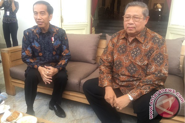Jokowi dan SBY Berbincang di Beranda Belakang Istana