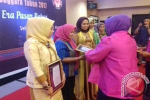 Perajin Muna Raih Penghargaan Tenun Kreasi Terbaik