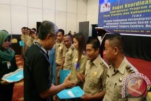 Gubernur Serahkan Sk Pengalihan 23 Pengawas Ketenagakerjaan