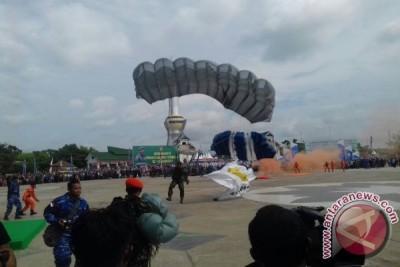 Aksi Terjun Payung Meriahkan HUT Ke-53 Sultra