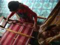 Seorang penenun menyelesaikan tenun sarung adat khas Suku Muna di Desa Tongkuno, Kabupaten Muna, Sulawesi Tenggara, Kamis (6/4). Suku Muna memiliki 16 motif sarung adat khas yang dibuat dengan alat tradisional dan bahan benang hasil dari pintalan kapas yang diolah secara tradisional. ANTARA FOTO/Jojon/aww/17.