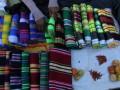 Pedagang mengatur sarung tenun khas Muna di pasar tradisional di Desa Mantobua, Kabupaten Muna, Sulawesi Tenggara, Jumat (7/4). Sarung tenun khas Muna tersebut dijual seharga Rp150 ribu sampai Rp250 ribu per lembar, tergantung jenis bahan dan motif. ANTARA FOTO/Jojon/kye/17.