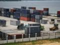 Aktivitas bongkar-muat kontainer di Pelabuhan Bungkutoko, Kendari, Sulawesi Tenggara, Senin (10/4). Dermaga khusus kontainer yang akan dibangun di atas lahan seluas lima hektare dapat menampung peti kemas sebanyak kurang lebih 250 ribu Twenty-Foot Equivalent Units (TEUs) per tahun dan pelabuhan Bungkutoko sudah terkategori pelabuhan bertaraf internasional. ANTARA FOTO/Jojon/17.