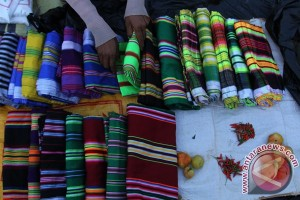 Pedagang Sarung Tenun Muna