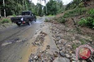 Ruas Jalan Kendari-Konawe Selatan Rawan Longsor