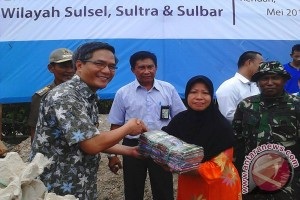 PLN Serahkan Bantuan Korban Banjir Kendari