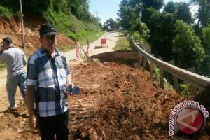 Jalan Nasional Bombana Nyaris Putus Akibat Longsor