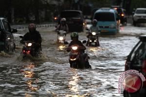 Jalan Menuju Penyeberangan Fery Torobulu Terendam Banjir