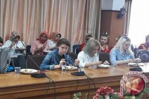 Pelajar Asal Rusia Studi Banding di Kendari