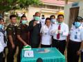 Badan Narkotika Nasional Provinsi (BNNP) Sulawesi Tenggara, saat menunjukan Narkotika jenis sabu di insenerator Rumah Sakit Umum Daerah (RSUD) Kota Kendari, Rabu (11/10/2017). Sebanyak 288,9 gram brutto narkotika jenis sabu yang terdiri dari 3 bungkus plastik narkotika jenis sabu akan dimusnahkan dalam kegiatan tersebut, masing-masing terdiri dari 1 bungkus sabu dengan berat brutto, 132,38 gram, 1 bungkus Sabu dengan berat brutto 117,27 gram dan 1 bungkus sabu dengan berat 39,25 gram. (ANTARA Foto/ Humas BNNP)