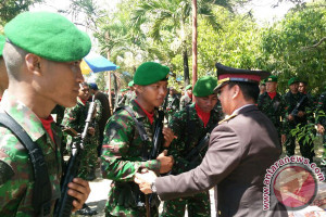 Kapolda Sultra Salami Prajurit TNI Usai Upacara