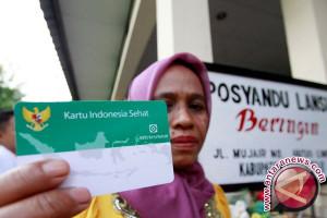 Bupati Kolaka Bagikan Kartu Indonesia Sehat