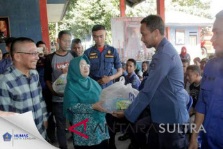 PKK Kendari bagikan ratusan paket sembako