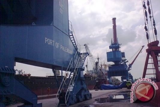 Pelabuhan Palembang tambah alat bongkar muat