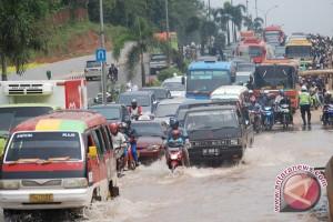 Dua jam hujan, jalan protokol di Palembang tergenang air
