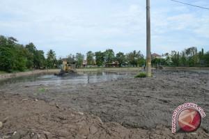 Kolam penampungan tak mampu lagi tampung air
