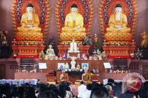 Tradisi warga Tionghoa bersihkan tempat ibadah