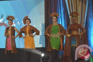 Peragaan busana kain 'Jumputan' Palembang