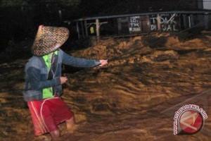 Mensos tinjau korban bencana banjir Garut