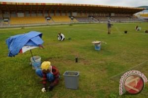 Lapangan sepak bola PON XVIII Riau memprihatinkan