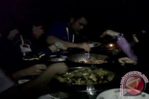 Makan malam di ruangan gelap