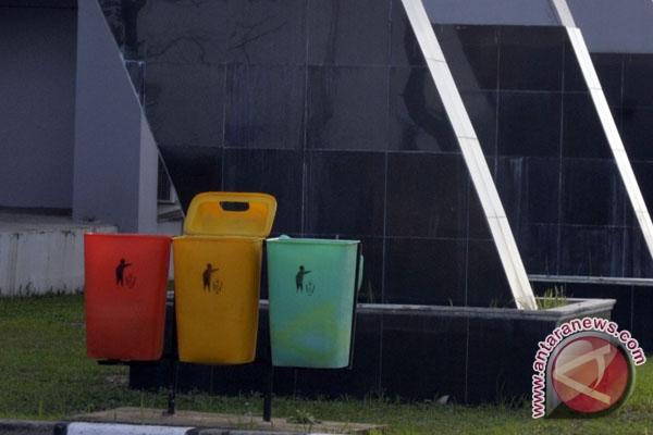 Padang wajibkan warga buang sampah malam