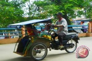 Penarik becak bermotor pertanyakan larangan transportasi online