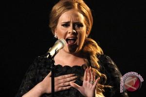 """Adele menggebrak Grammy dengan """"Hello"""""""