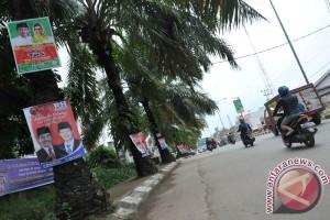 Atribut kampanye rusak pohon