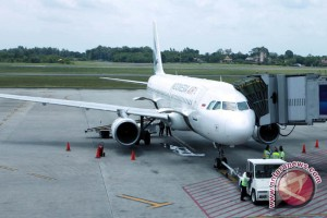 Tarif pesawat turun sebesar lima persen
