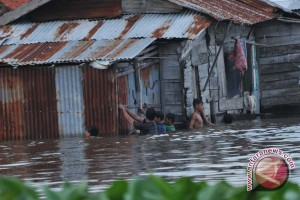 Warga PALI korban banjir terima bantuan