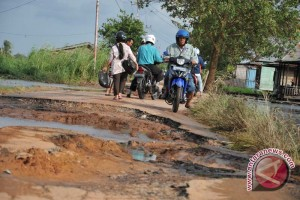 Jalan lintas Kotabumi - Bukit Kemuning Lampung rusak parah