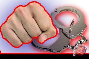 Dikira pencuri,  seorang pria babak belur dikeroyok