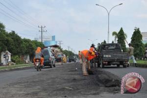 Separuh ruas jalan dalm kota Dumai rusak