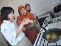 Seorang siswa Bina Autis Mandiri tengah belajar memasak di ruang keterampilan Sekolah Bina Autis Mandiri Palembang, Selasa (2/4). Berbekal keterampilan dan dukungan orang-orang sekitar anak autis bisa berkembang di tengah lingkungan masyarakat bahkan mencapai kesembuhan total. (Foto Antarasumsel.com/13/Feny Selly/Aw)
