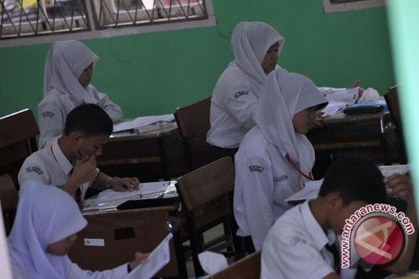 60 siswa sekolah gratis di SMA Kebangsaan