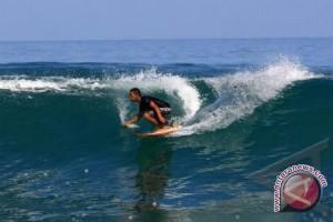 Turis mancanegara tertarik berselancar di Simeulue