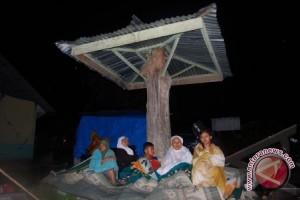 Korban gempa mengungsi di kompleks pemakaman Syafi'i