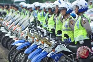 Puluhan anggota polisi tetap berjaga amankan jalur mudik