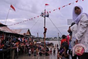 Panjat pinang semarakkan HUT RI di Palembang