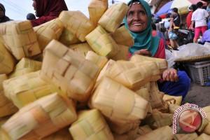 Jelang lebaran pedagang sarang ketupat bermunculan
