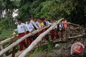 Perjuangan siswa SD ke sekolah menyebrangi sungai
