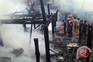 Sepuluh rumah ludes terbakar di pemukiman padat