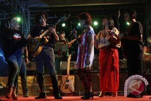 Musisi tradisi Banyuwangi bersanding dengan Ermy kulit