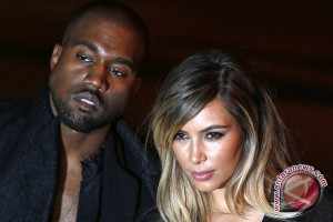 Momen lamaran Kanye West kepada Kim Kardashian tertangkap kamera