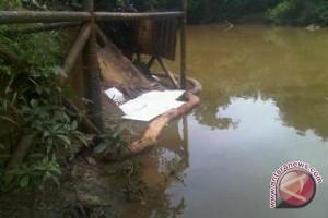 Warga uji sampel air sungai kurup karena tercemar limbah