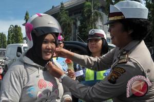 Satlantas bagikan helm ke pengandara